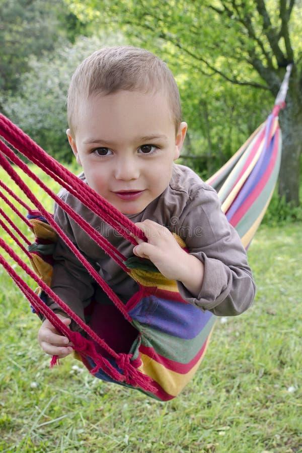 Criança feliz no hammock imagens de stock royalty free