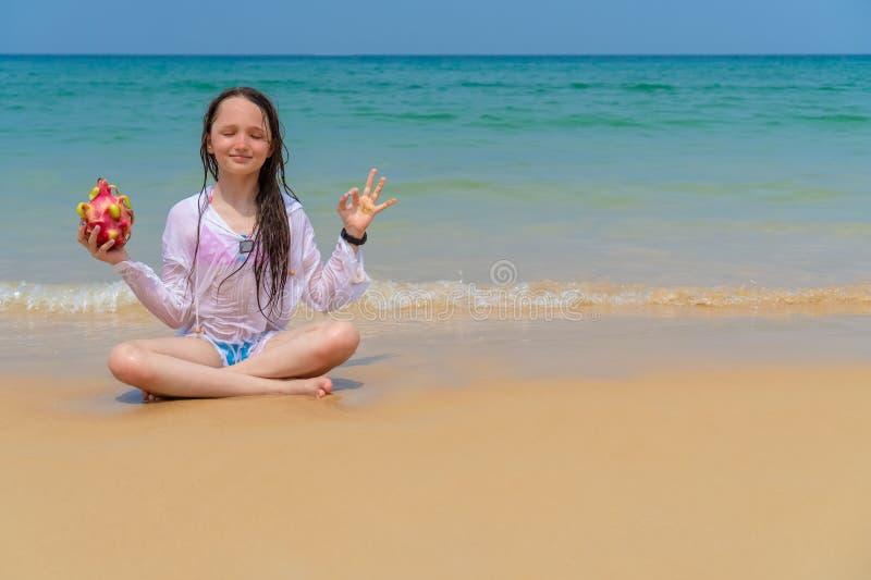 Criança feliz no oceano com espaço da cópia fotos de stock