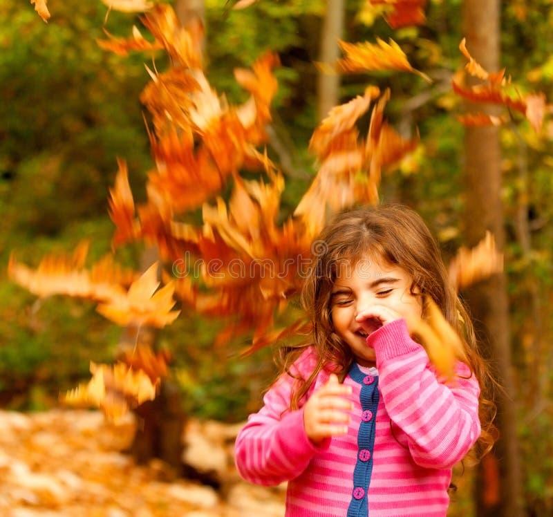 Criança feliz no outono imagens de stock