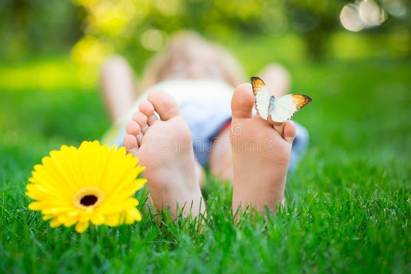 Criança feliz no parque da mola foto de stock royalty free