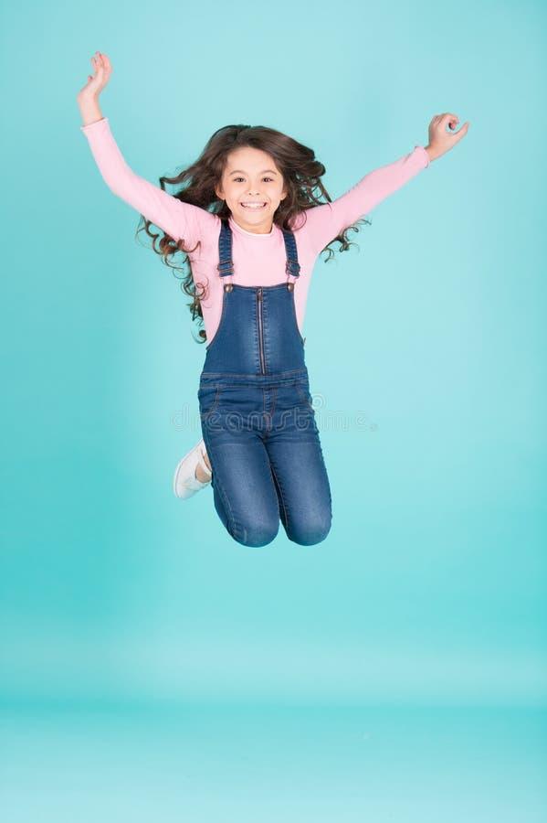 Criança feliz no salto total das calças de brim, forma foto de stock royalty free