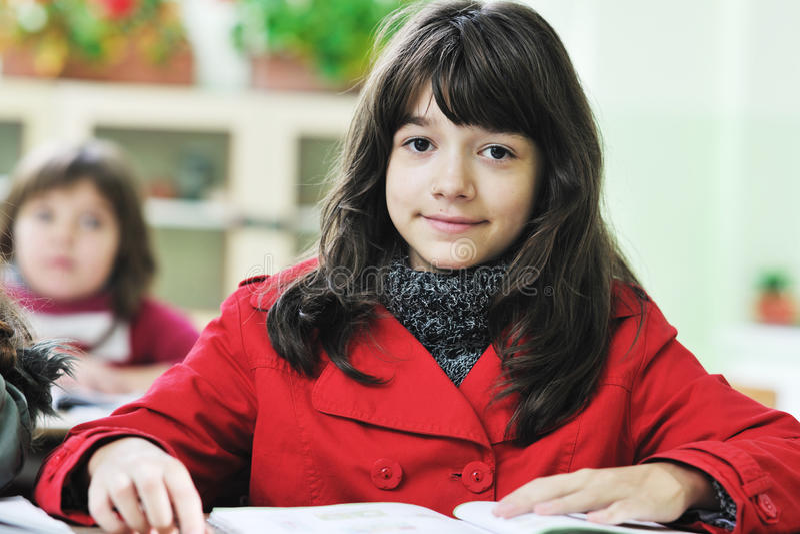 A criança feliz no schoold tem o divertimento e a aprendizagem fotografia de stock royalty free