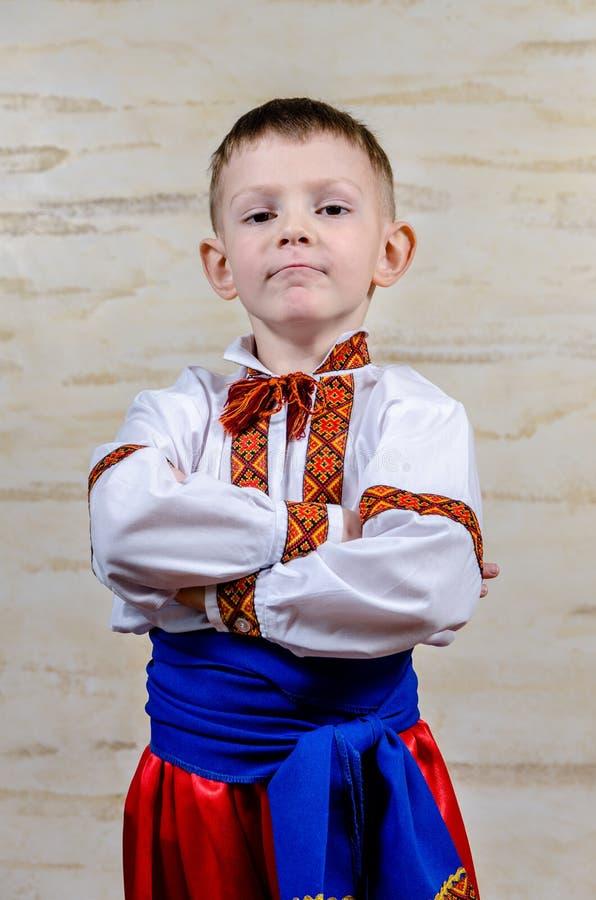 Criança feliz orgulhosa vestir o traje ucraniano imagem de stock royalty free