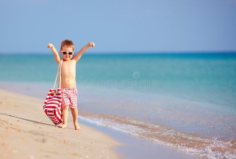 Criança feliz que anda a praia do verão imagem de stock royalty free