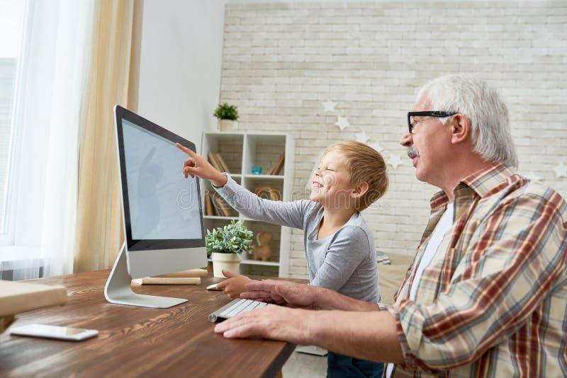 Criança feliz que aprende o Internet imagem de stock