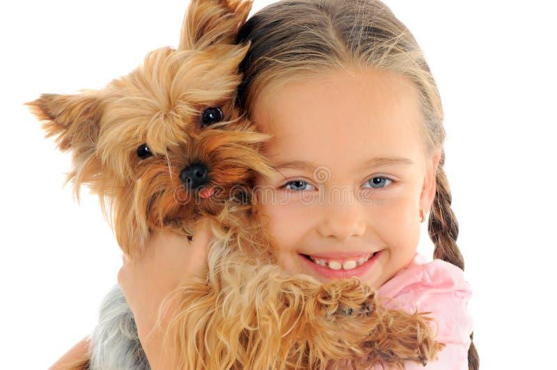 Criança feliz que joga com cão fotos de stock