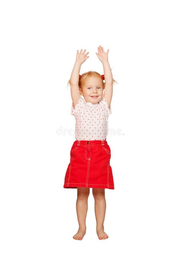 Criança feliz que levanta acima de suas mãos. foto de stock