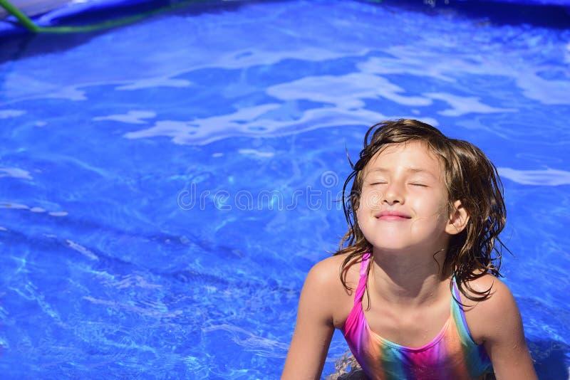 Criança feliz que relaxa na associação imagens de stock