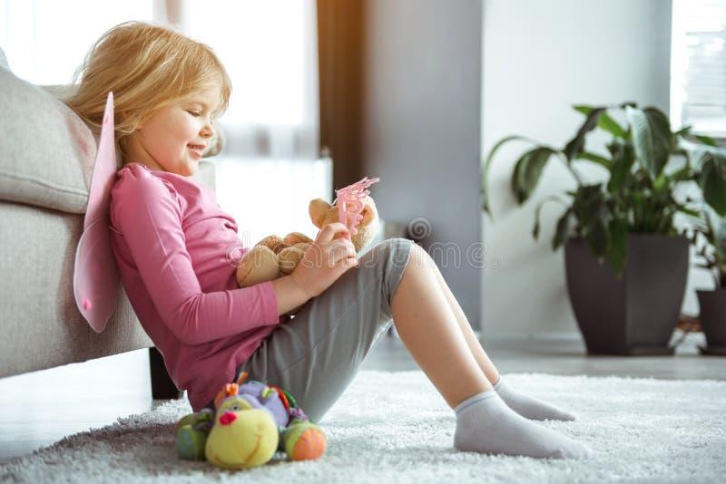 Criança feliz que tem o divertimento com brinquedos em casa imagem de stock royalty free
