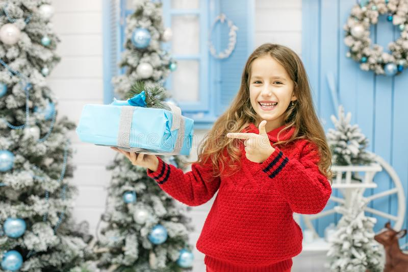 A criança feliz recebeu uma caixa de presente Ano novo do conceito, Christm alegre imagem de stock