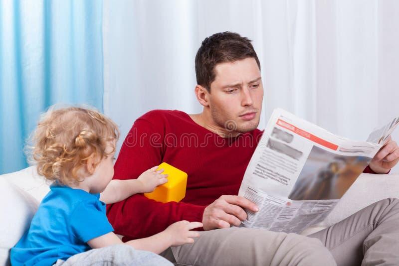 Criança furada que olha o pai imagem de stock royalty free