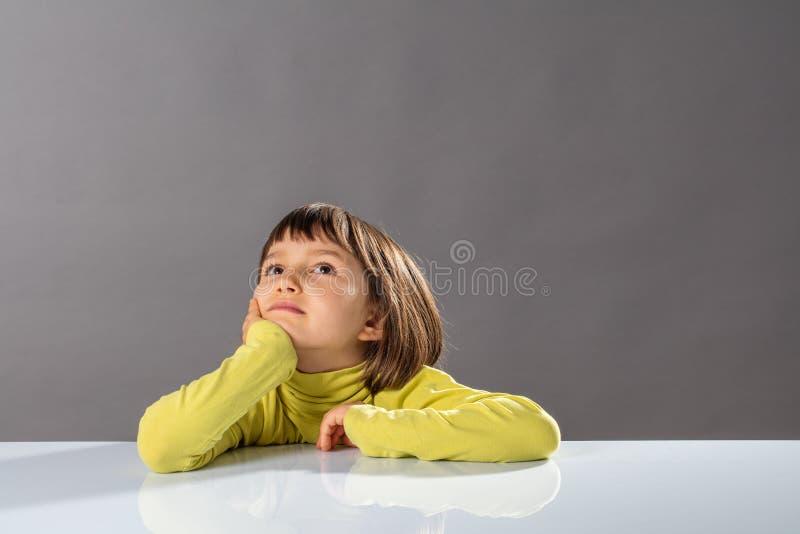Criança imaginativa de sorriso que olha afastado para o conceito da curiosidade da criança foto de stock royalty free