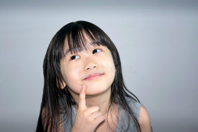 Criança imaginativa que conceitua ideias novas imagem de stock royalty free