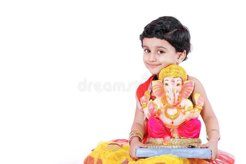 Criança indiana pequena da menina com ganesha e rezar do senhor, festival indiano do ganesh imagem de stock royalty free