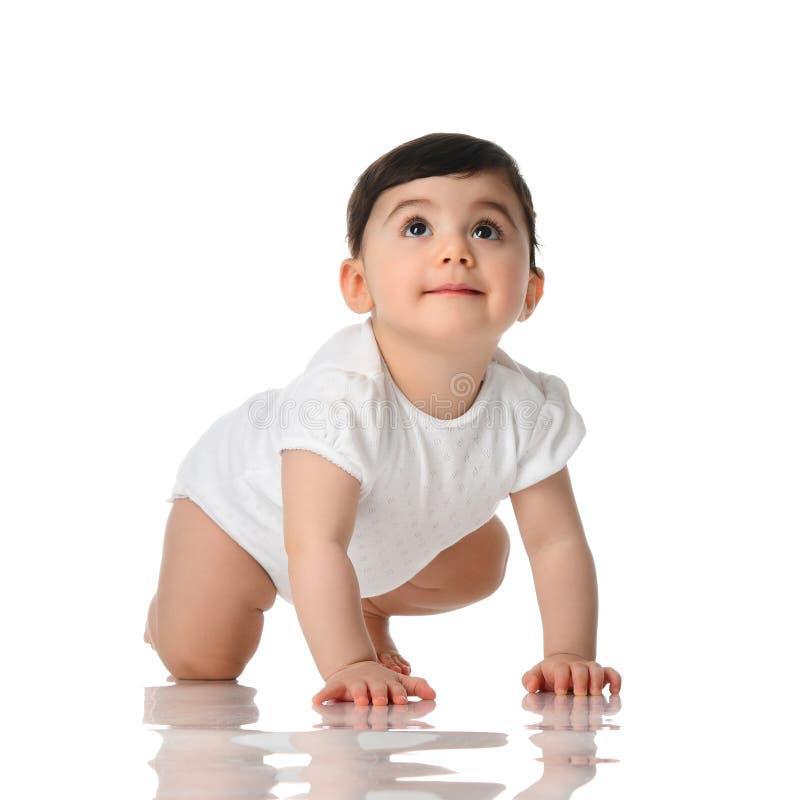 Criança infantil de dez meses do bebê da criança que rasteja na camisa branca que olha isolada acima fotografia de stock