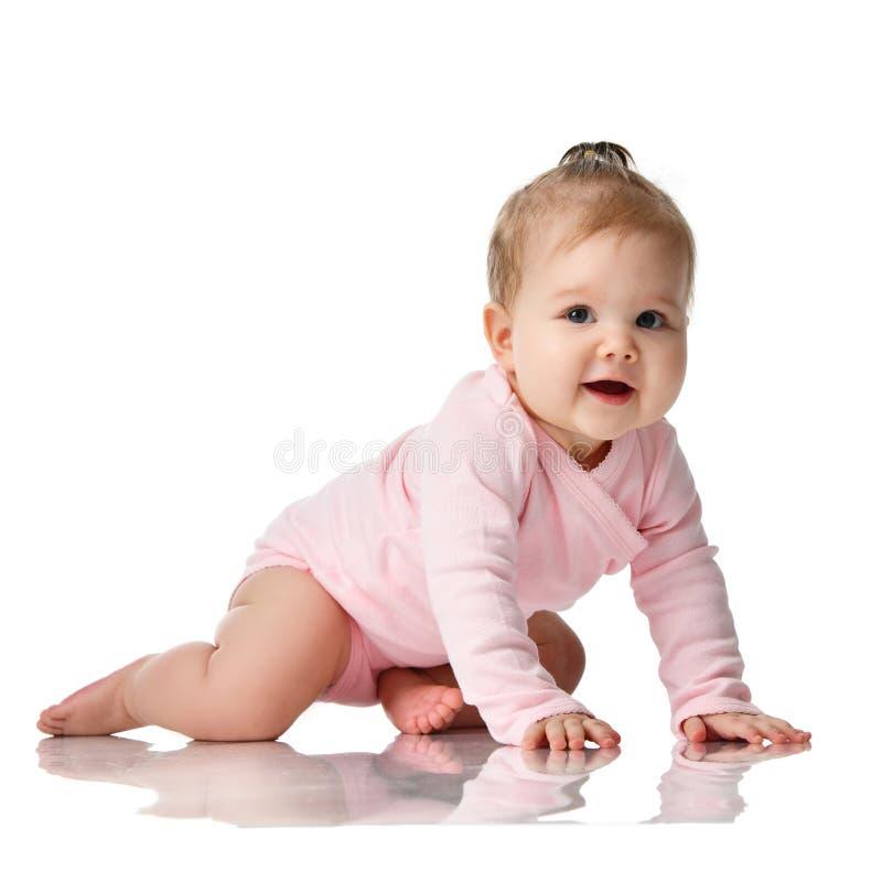criança infantil do bebê da criança de 8 meses que encontra-se na camisa cor-de-rosa que aprende rastejar imagens de stock royalty free