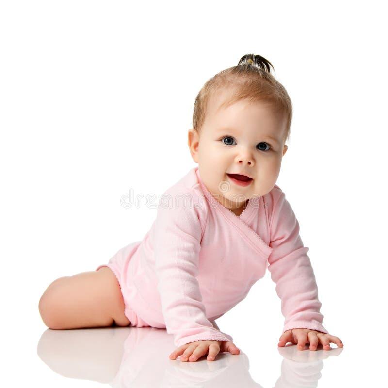 criança infantil do bebê da criança de 8 meses que encontra-se na camisa cor-de-rosa que aprende rastejar foto de stock royalty free