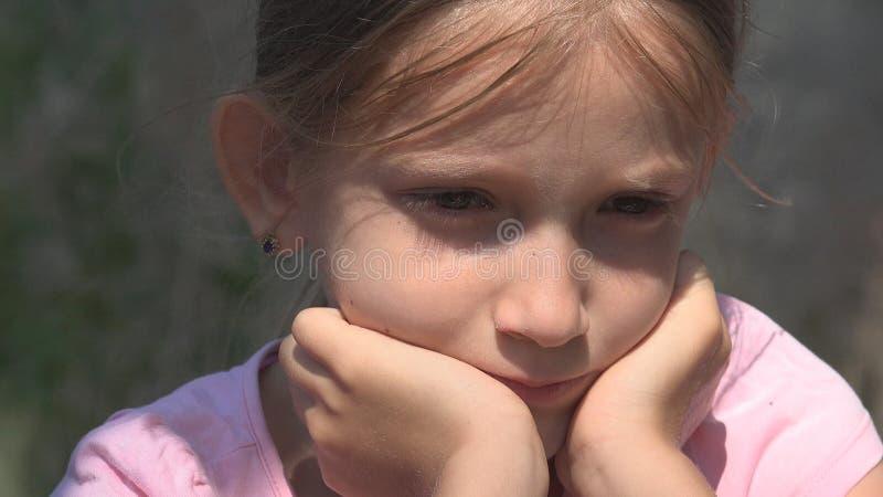 Criança infeliz de grito com memórias tristes, criança desabrigada dispersa na casa abandonada foto de stock royalty free
