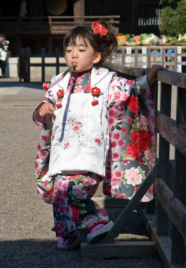 Criança japonesa no quimono em shichi-ir-san fotografia de stock