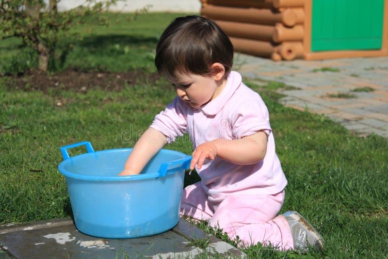 A criança lava suas mãos fotografia de stock