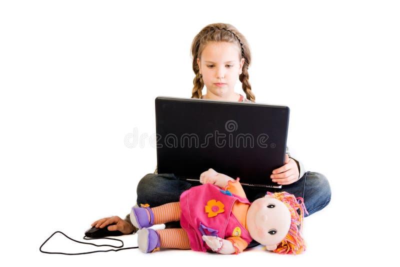 Criança loura com boneca e caderno imagem de stock royalty free