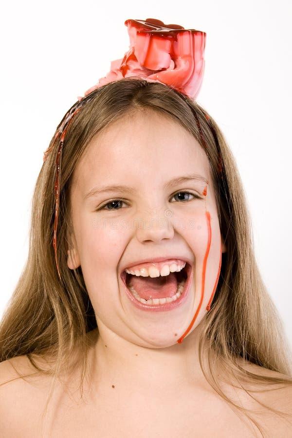 Criança loura com o deserto no seu riso principal fotos de stock