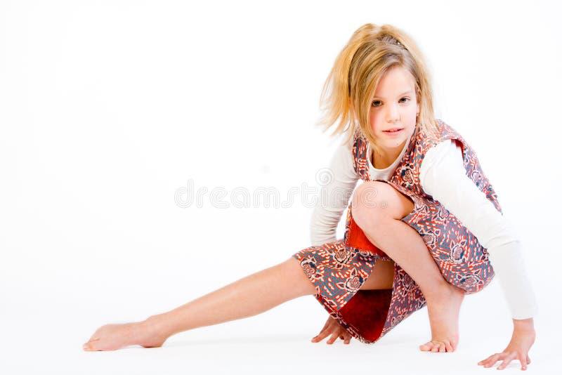 Criança loura que estica seu pé foto de stock royalty free