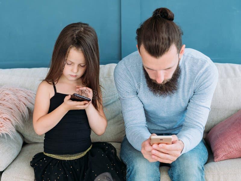 Criança móvel da invasão da tecnologia do problema da família imagens de stock