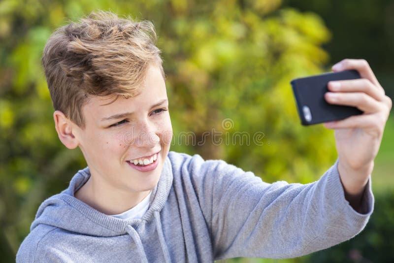 Criança masculina do menino adolescente do adolescente que toma Selfie foto de stock royalty free