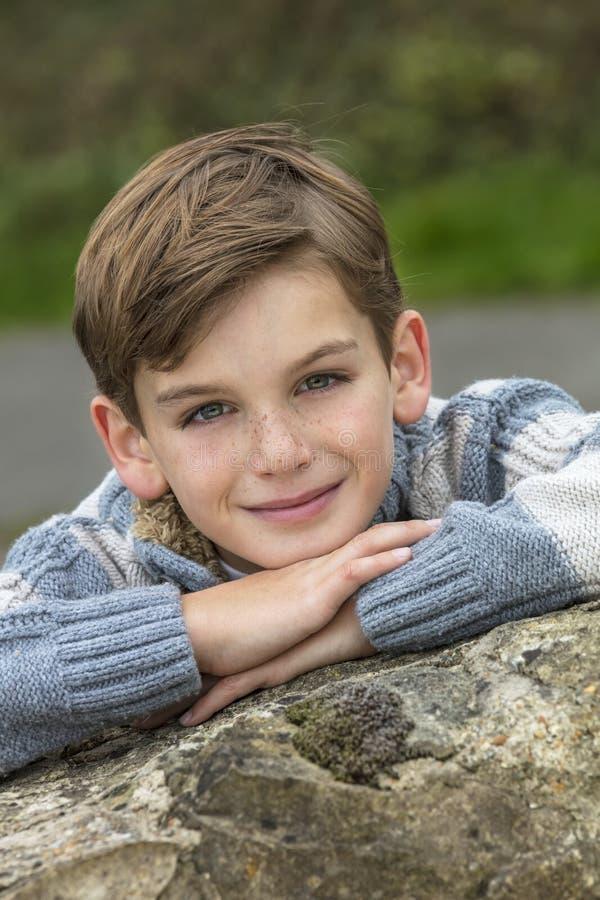Criança masculina do menino feliz fotos de stock royalty free