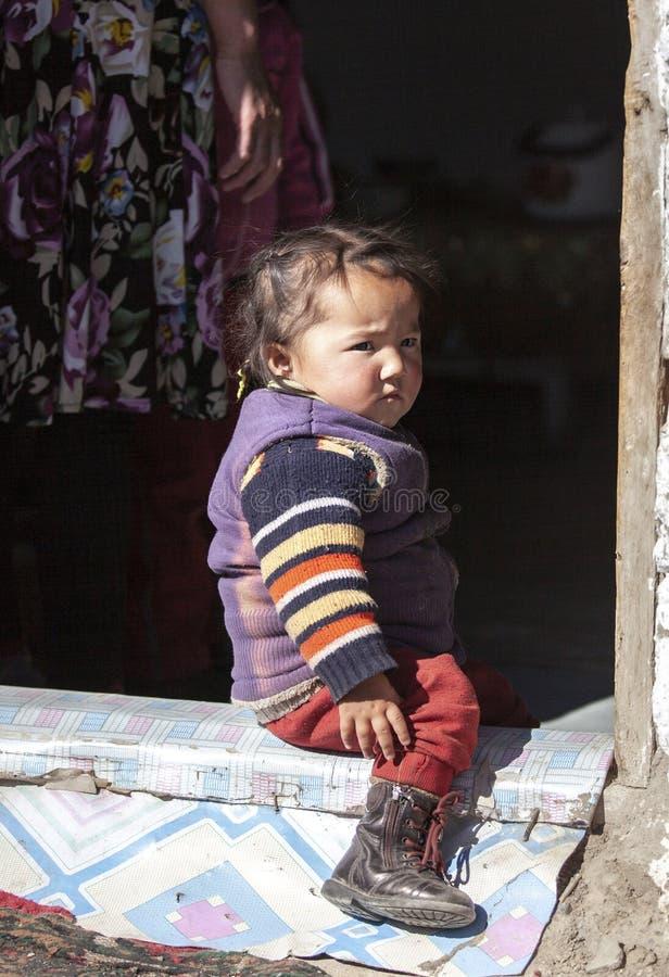 Criança Mongolian da família do nômadas que joga a parte externa imagens de stock