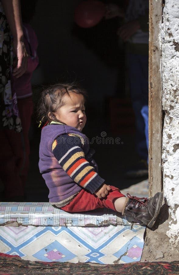 Criança Mongolian da família do nômadas que joga a parte externa fotos de stock