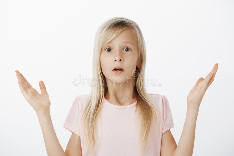 A criança não conhece qualquer coisa, à nora e inconsciente como atuar na situação difícil Tiro interno do incomodado preocupado imagens de stock royalty free
