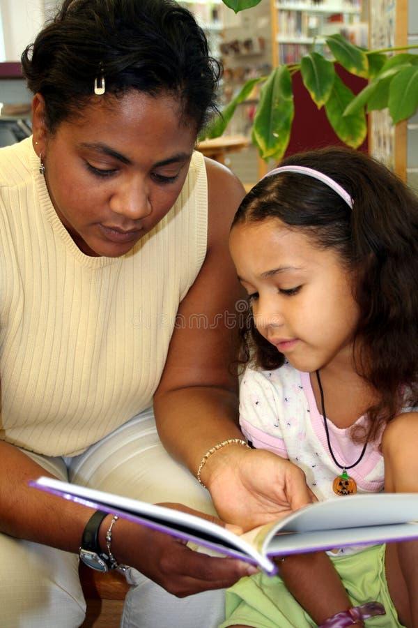 Criança na biblioteca foto de stock