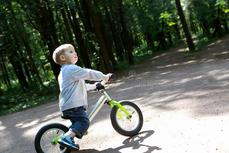 Criança na bicicleta do equilíbrio fotos de stock royalty free
