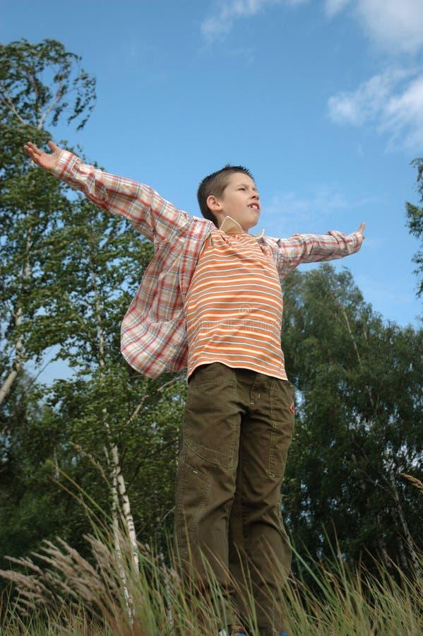 Criança na borda imagem de stock royalty free
