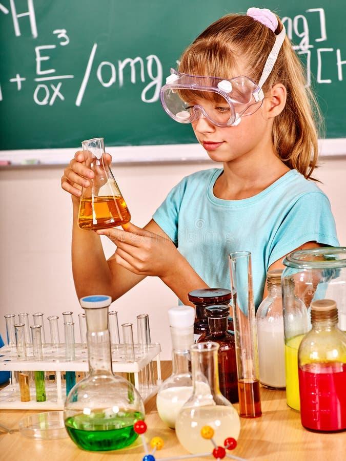 Criança na classe de química imagem de stock royalty free
