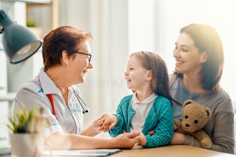 Criança na consulta do médico imagem de stock