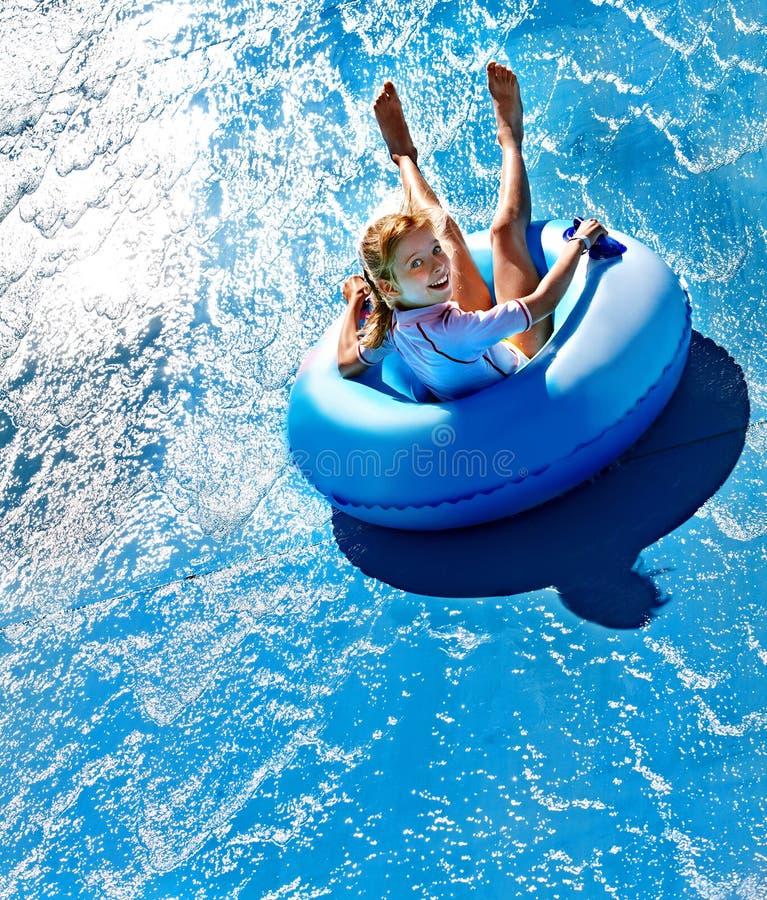 Criança na corrediça de água no aquapark imagens de stock royalty free