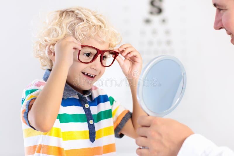 Criança na criança do teste da vista do olho em optitian Eyewear para crianças imagem de stock
