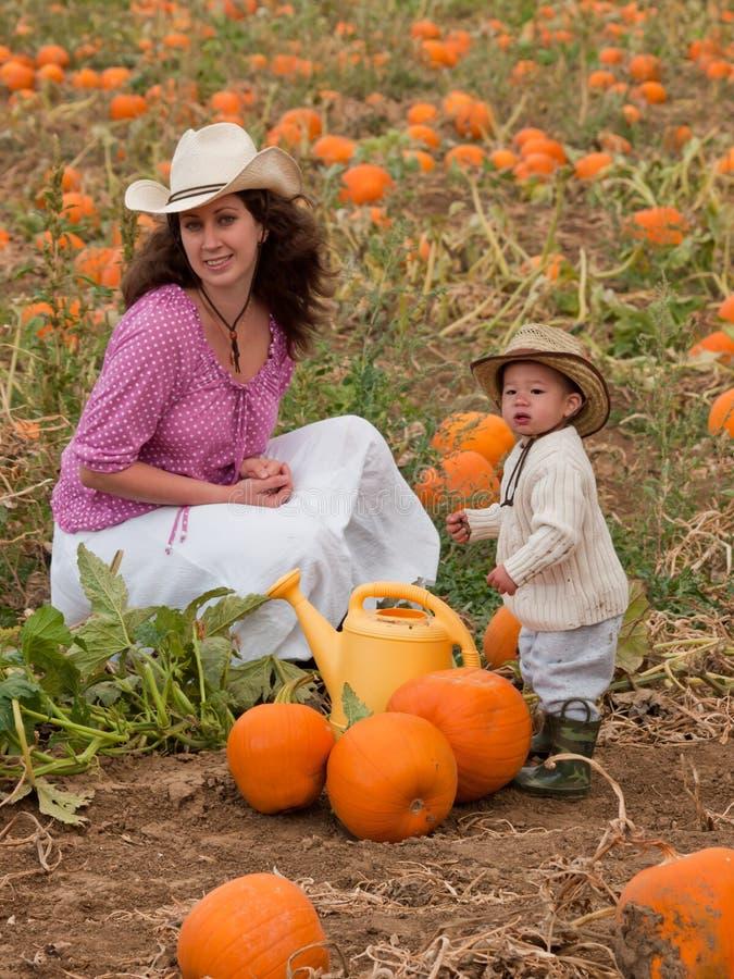 Criança na exploração agrícola imagens de stock