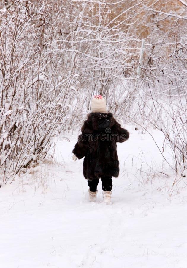 Criança na floresta do inverno imagens de stock royalty free