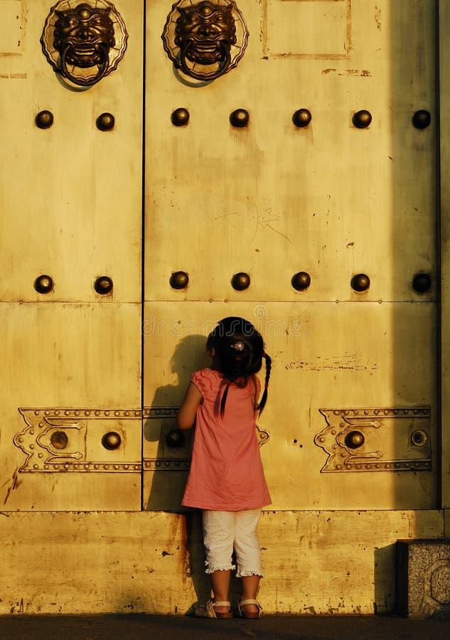 A criança na frente da porta imagens de stock
