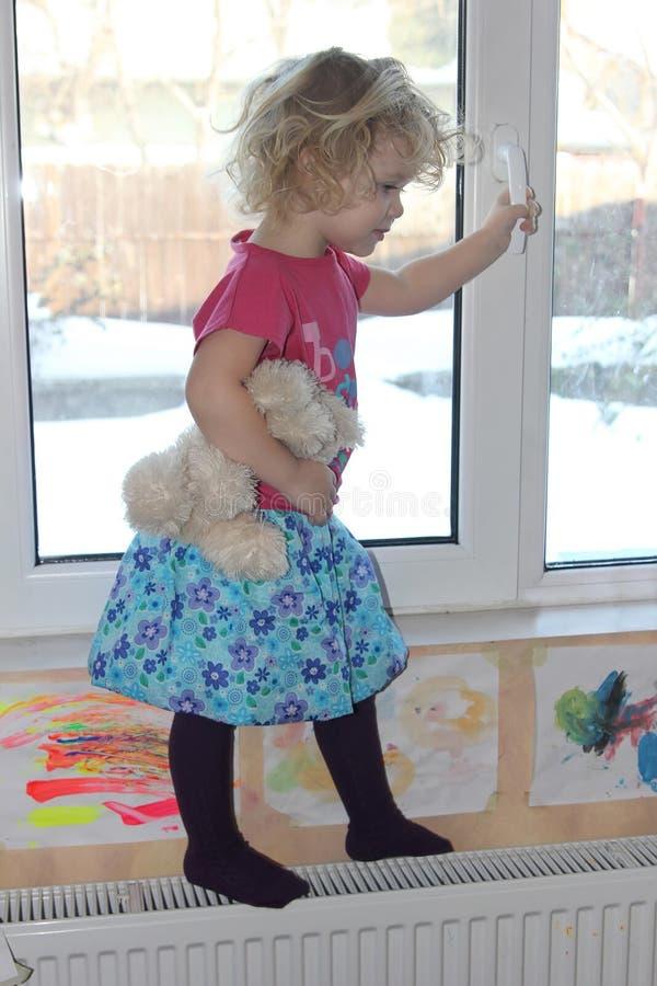 Criança na janela foto de stock royalty free