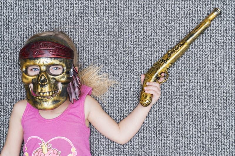 Criança na máscara do pirata com arma foto de stock