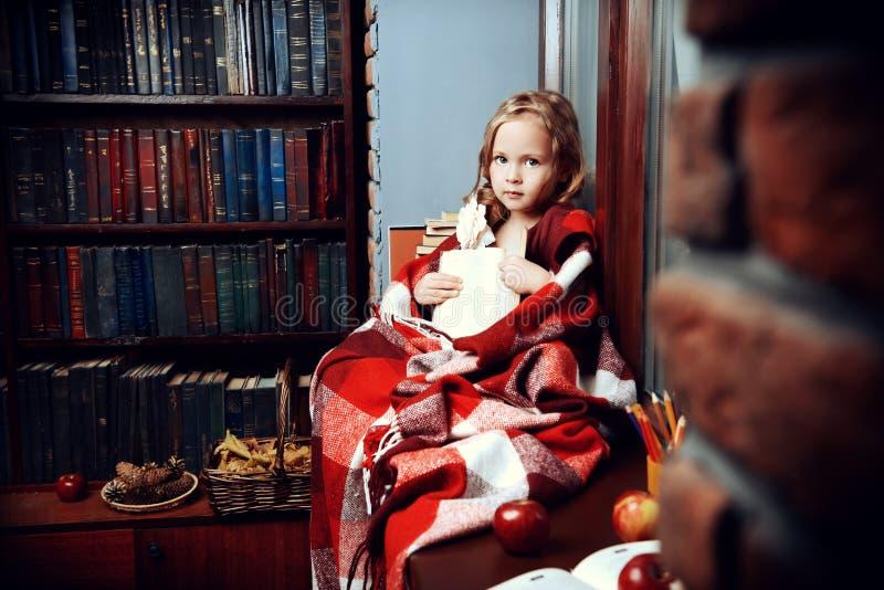 Criança na manta morna fotografia de stock royalty free