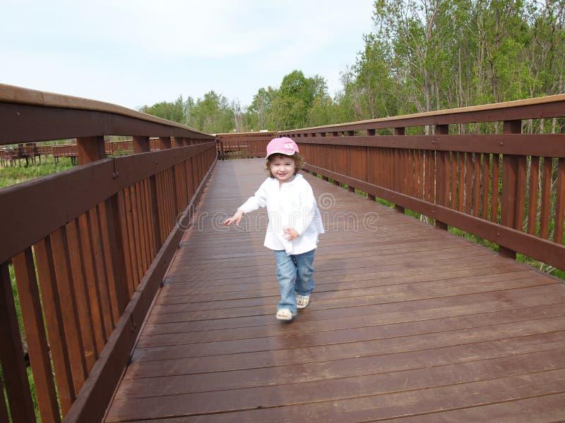 Criança na passagem de madeira imagem de stock royalty free