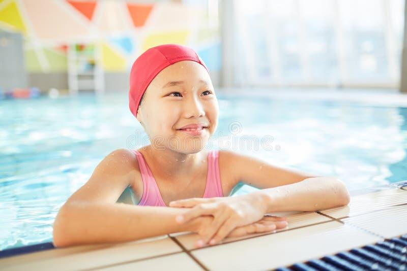 Criança na piscina fotografia de stock