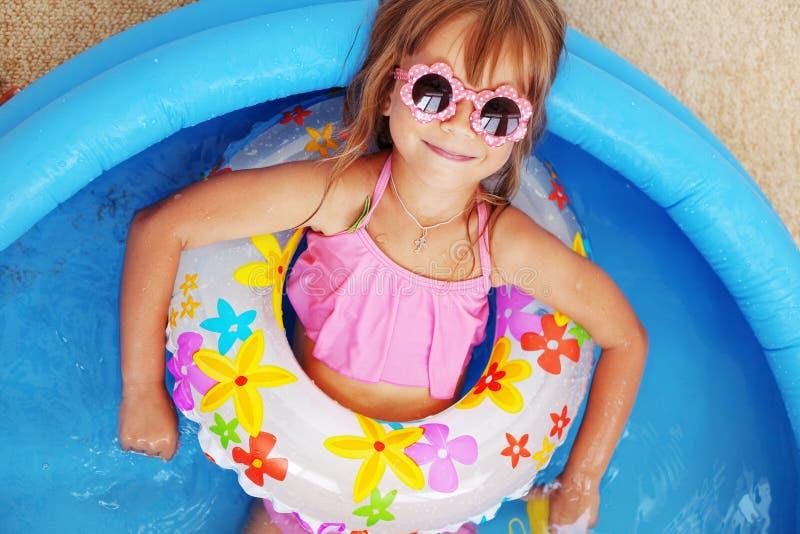 Criança na piscina imagens de stock