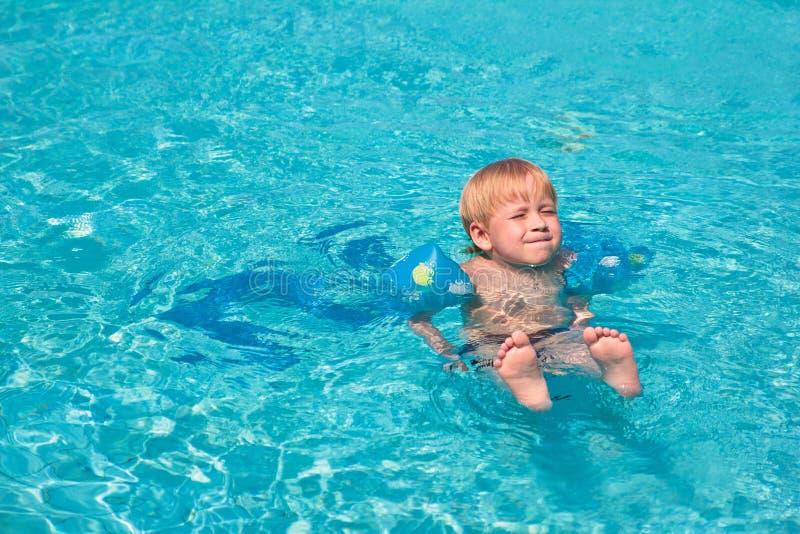 Criança na piscina imagens de stock royalty free